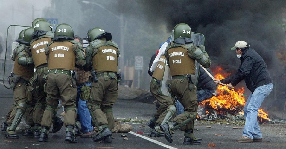 23.mai.2012 - Policiais e agricultores entram em confronto em estrada próxima à cudade de Talca, no Chile