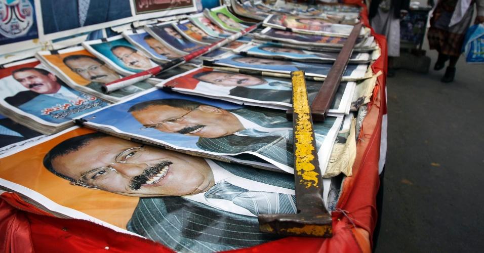 23.mai.2012 - Pôsteres do ex-ditador do Iêmen Ali Abdullah Saleh são expostos na praça central de Sanaa, capital do país