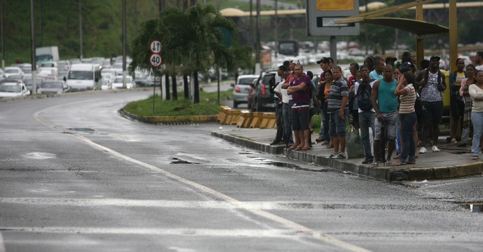 23.mai,.2012 - Salvador amanheceu sem ônibus nas ruas. A falta de acordo entre rodoviários e patrões, em reunião realizada ontem na sede do Tribunal Regional do Trabalho (TRT), levou a categoria a decretar greve no Estado nesta quarta