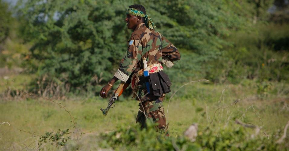 23.mai.2012 - Soldado do Exército Nacional Somali caminha em meio a matagal em Deyniile durante operação conjunta com a Missão da União Africana para a Somália para resgatar territórios dominados por fundamentalistas islâmicos do Al Shabab