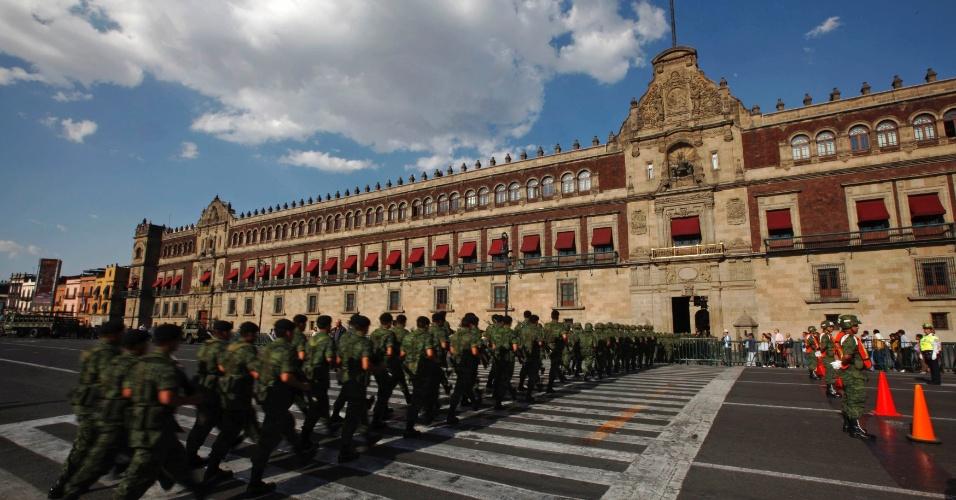 23.mai.2012 - Soldados marcham até o Palácio Nacional após participar de cerimônia de recolhimento de bandeira em praça no centro da Cidade do México