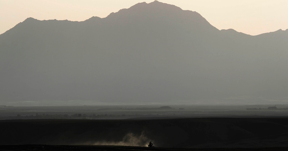 23.mai.2012 - Um agricultor passa com sua moto na província de Zabul, no Afeganistão