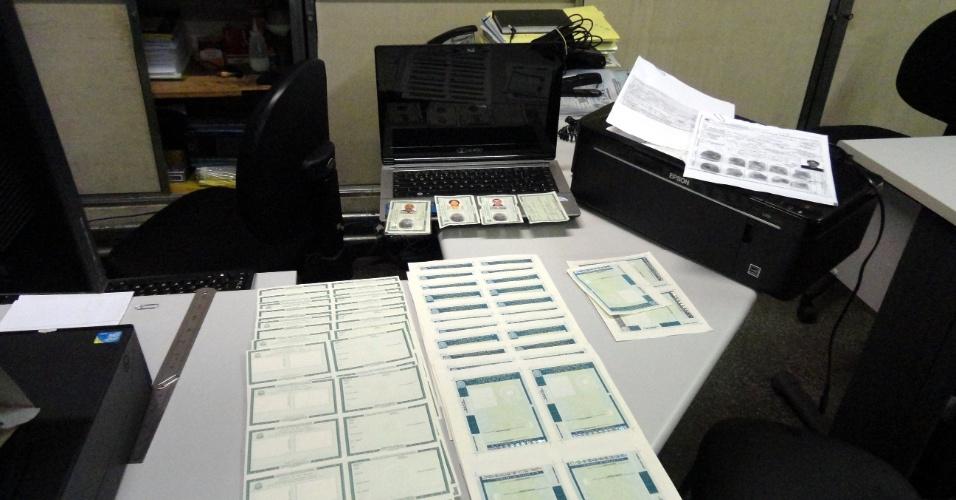 23.mai.2012 - Um laboratório de falsificação de documentos, localizado na região da Praça da Sé, no centro de São Paulo, foi descoberto por agentes da Polícia Civil