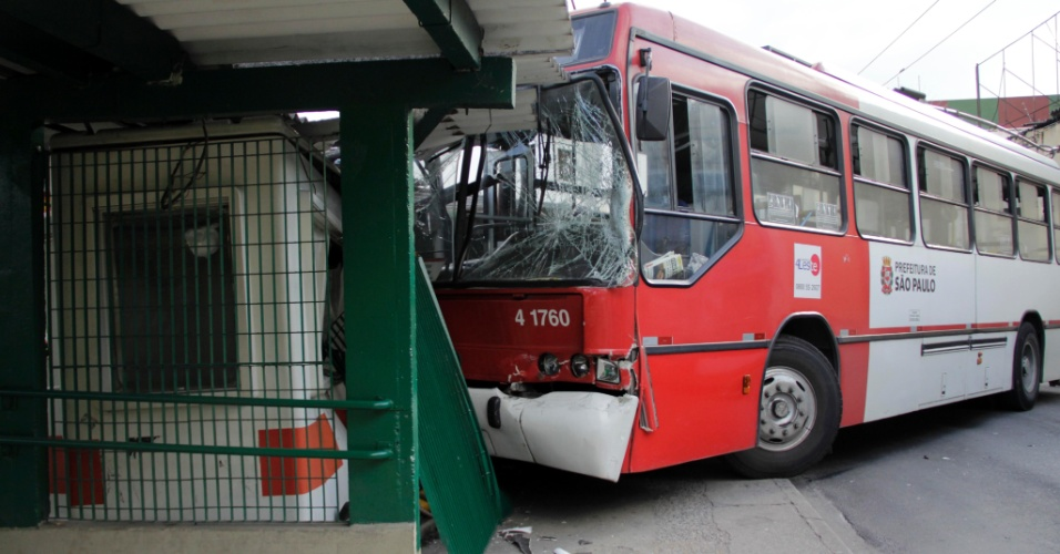 23.mai.2012 - Um trólebus perdeu o freio e invadiu o terminal Vila Prudente, na zona leste da cidade de São Paulo. Segundo informações da polícia, um fiscal que estava na cabine se feriu