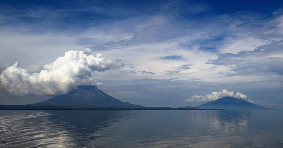 23.mai.2012 - Vulcões Concepción e Maderas expelem cinzas na ilha Ometepe, na Nicarágua