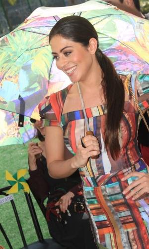 A atriz Carol Castro posa com guarda-chuva estampado no segundo dia de desfiles do Fashion Rio 2013 (23/5/12)