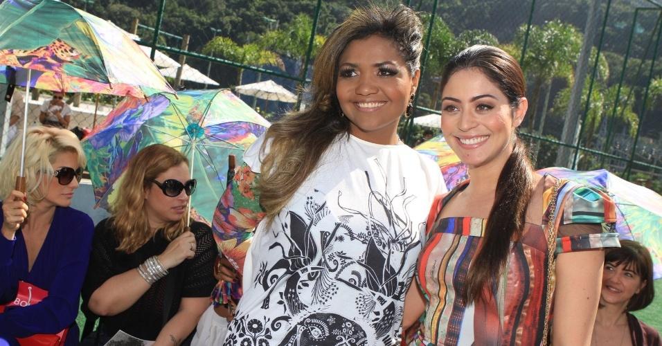 A cantora Gaby Amarantos e a atriz Carol Castro posam para fotos no segundo dia de desfiles do Fashion Rio 2013 (23/5/12)