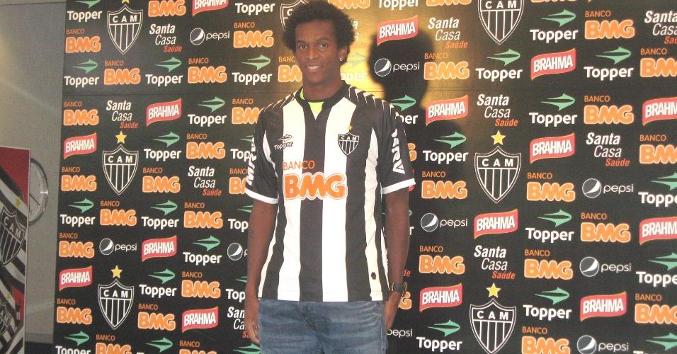 Atacante Jô durante apresentação no Atlético-MG (23/5/2012)