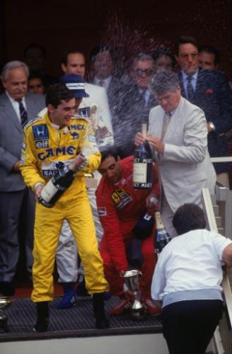 Ayrton Senna comemora sua vitória no Grande Prêmio de Mônaco de 1987