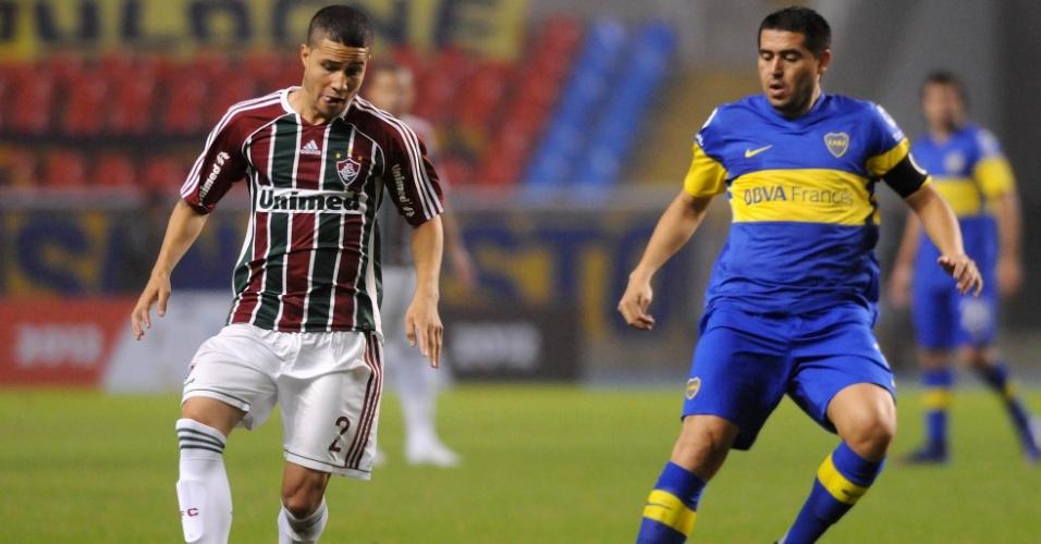 Bruno, lateral do Fluminense, conduz a bola marcado de perto por Riquelme, meia do Boca Juniors