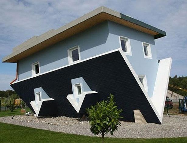 Die Welt steht Kopf (O mundo está de cabeça pra baixo, em alemão do Google Translator - culpem ele em caso de erro), casa de ponta-cabeça na ilha de Usedom, na Alemanha