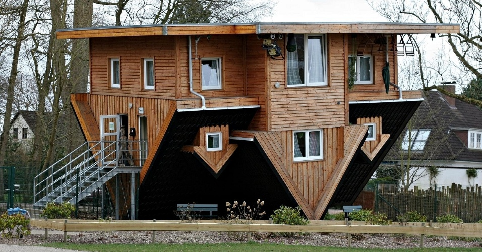Casa de ponta-cabeça em Getorff, na Alemanha