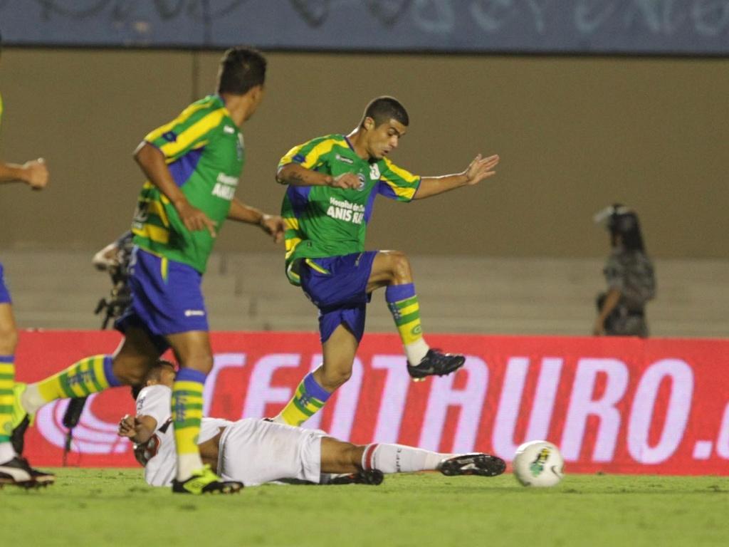 Casemiro dá um carrinho para tentar desarmar jogador do Goiás durante partida no Serra Dourada