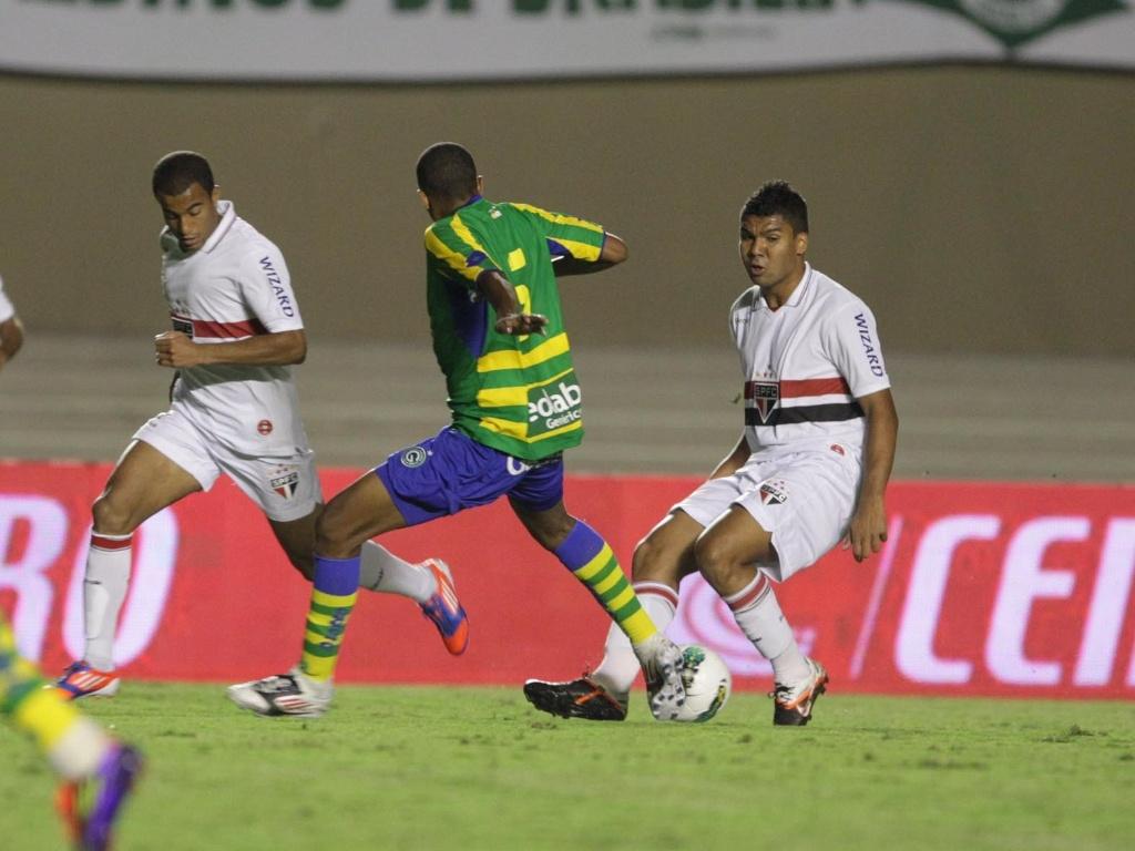 Casemiro e Lucas tentam levar o São Paulo ao ataque durante a partida contra o Goiás