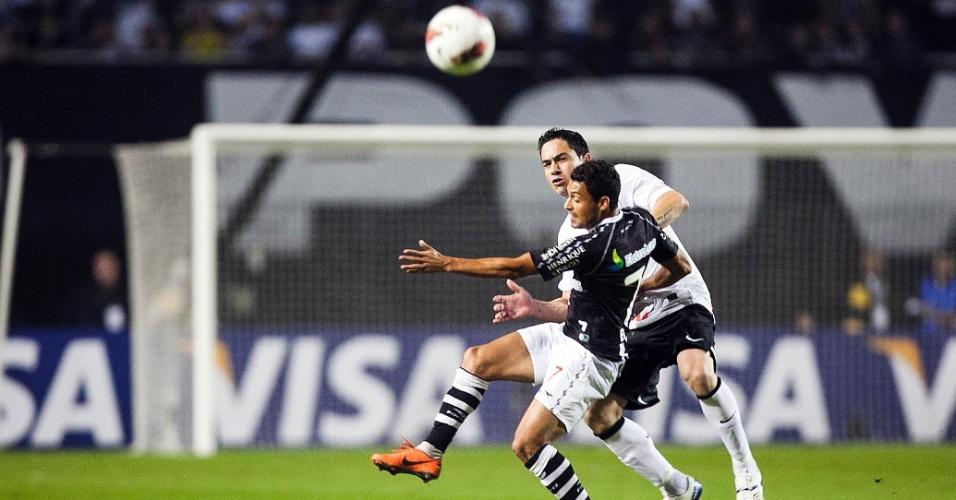 Chicão e Éder Luis brigam pela bola no confronto entre Corinthians e Vasco, pela Libertadores, no Pacaembu