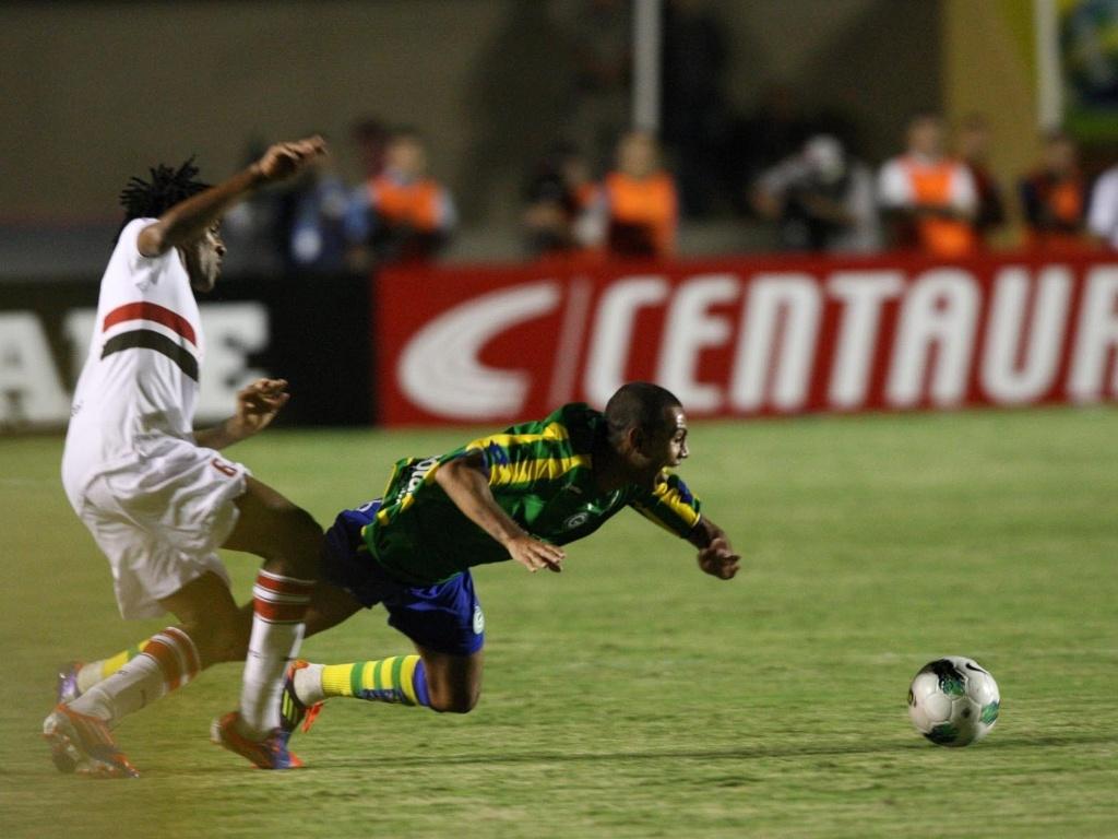 Cortez comete falta em jogador do Goiás durante partida da Copa do Brasil