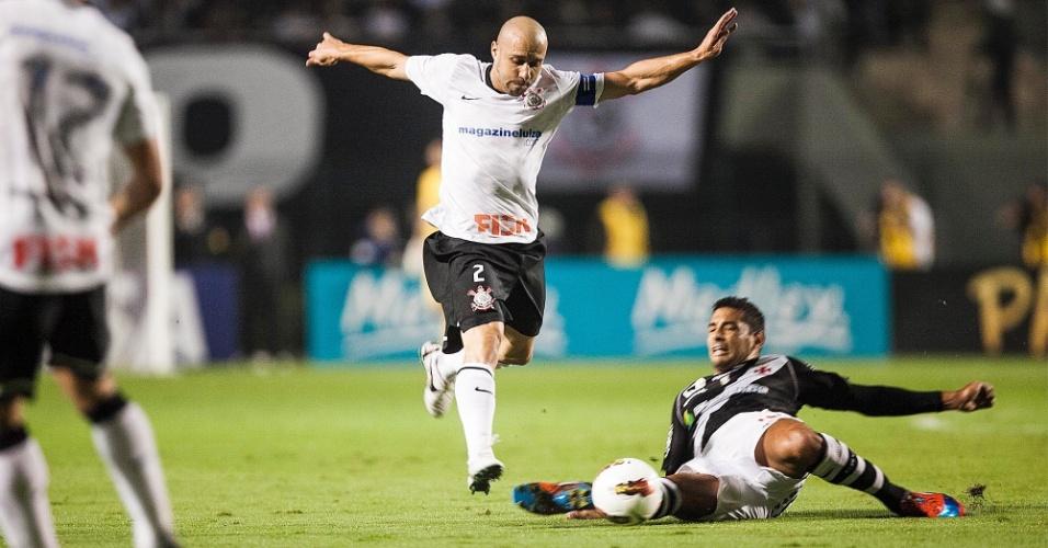 Diego Souza dá carrinho para roubar a bola de Alessandro no duelo entre Corinthians e Vasco, no Pacaembu