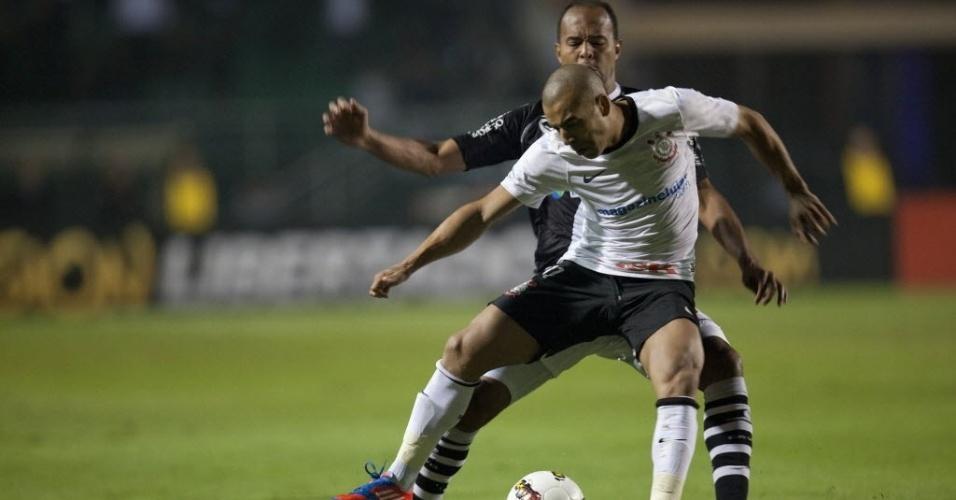 Emerson, atacante do Corinthians, domina a bola marcado de perto por Alecsandro, do Vasco