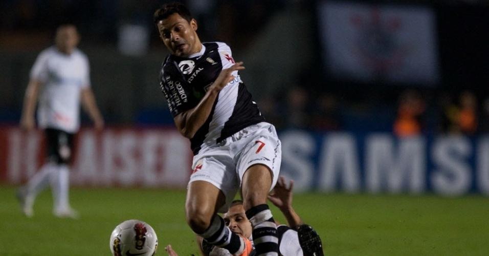 Fábio Santos, do Corinthians, dá carrinho para tirar a bola de Éder Luis, atacante do Vasco, em duelo no Pacaembu
