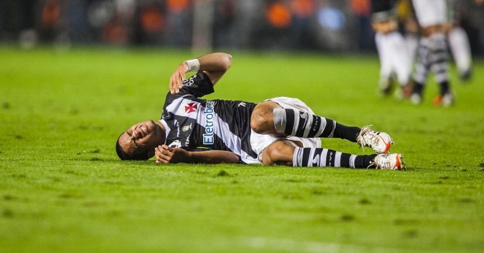Jogador do Vasco fica caído após choque com Alessandro, lateral do Corinthians, em jogo no Pacaembu
