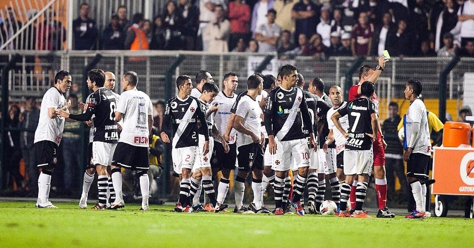 Jogadores de Vasco e Corinthians se desentendem em campo após choque entre Jorge Henrique e Éder Luis