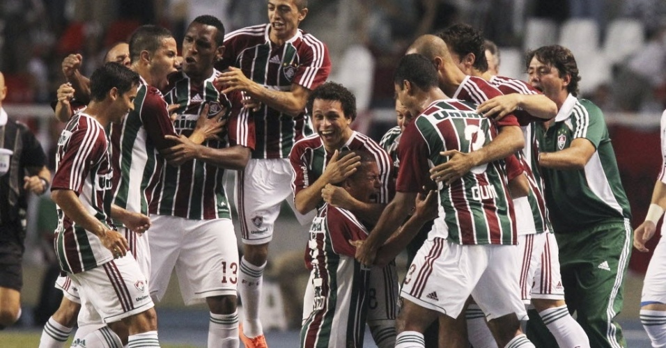 Jogadores do Fluminense comemoram gol de Thiago Carleto (ajoelhado) no jogo contra o Boca Juniors
