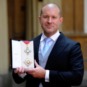 Jonathan Ive, vice-presidente sênior de design industrial da Apple, mostra a medalha de Cavaleiro do Império Britânico