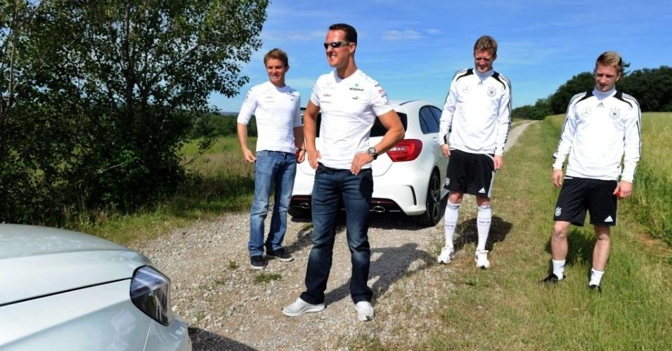 Michael Schumacher e Nico Rosberg levaram os jogadores da seleção alemã para um passeio de carro