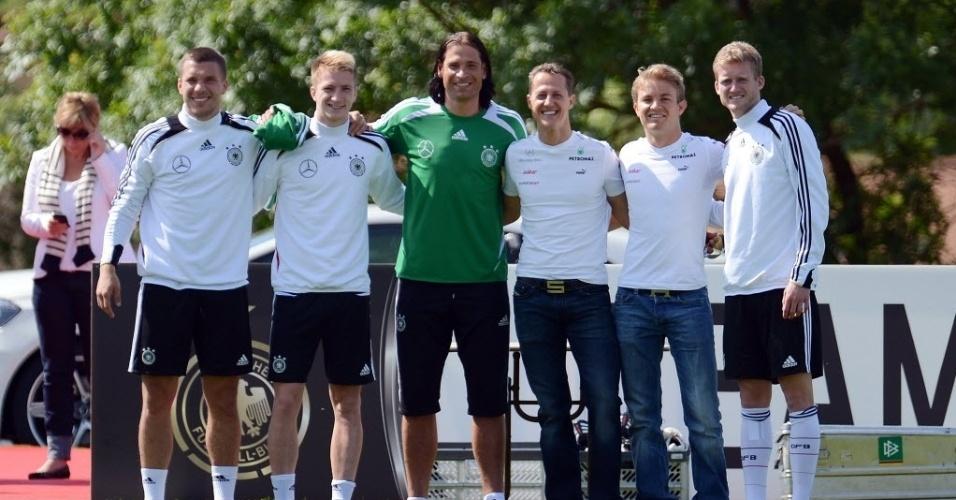 Michael Schumacher e Nico Rosberg posam para foto com alguns jogadores da seleção alemã