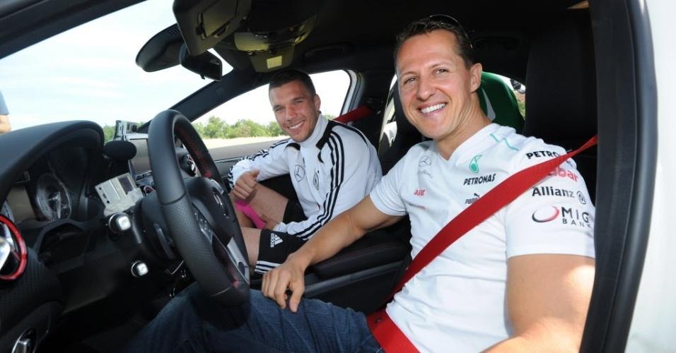 Michael Schumacher posa para foto com o atacante Lukas Podolski