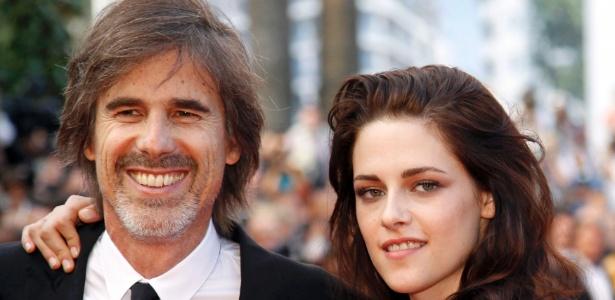 """O diretor Walter Salles e a atriz Kristen Stewart posam para fotos no tapete vermelho do Palácio do Festival ao chegarem para a exibição de """"Na Estrada"""" no Festival de Cannes 2012 (23/5/12)"""