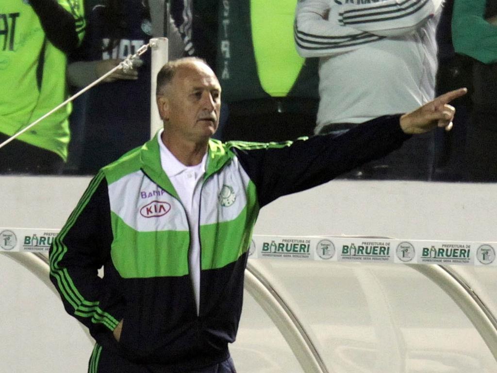 O técnico Luiz Felipe Scolari orienta os jogadores do Palmeiras durante a partida contra o Atlético-PR