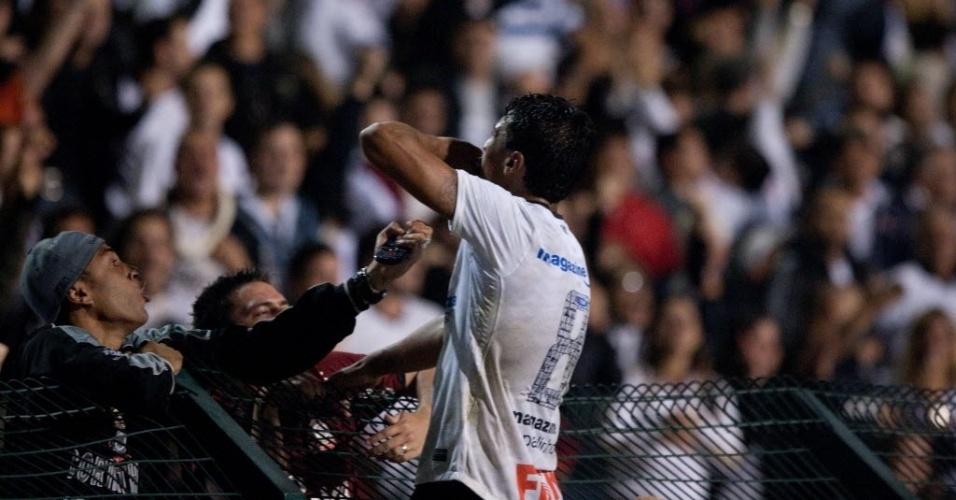 Paulinho sobe no alambrado para comemorar gol do Corinthians na vitória por 1 a 0 sobre o Vasco