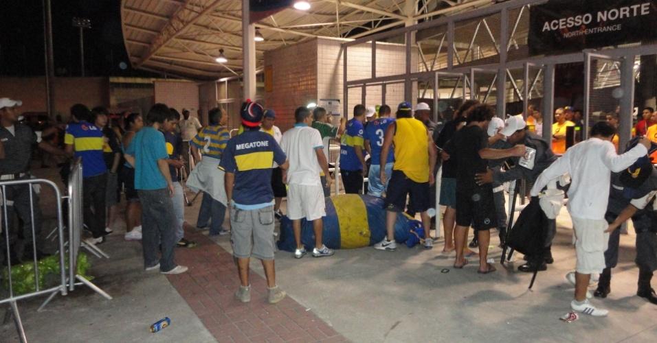 Polícia do Rio revista torcedores do Boca Juniors na entrada dos argentinos no Engenhão