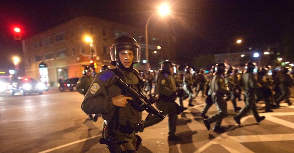 Policiais marcham durante protesto contra o aumento da mensalidade no 100º dia de greve de estudantes em Montreal, no Canadá