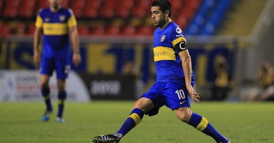 Riquelme domina a bola e tenta jogada no duelo entre Boca Juniors e Fluminense, no Engenhão