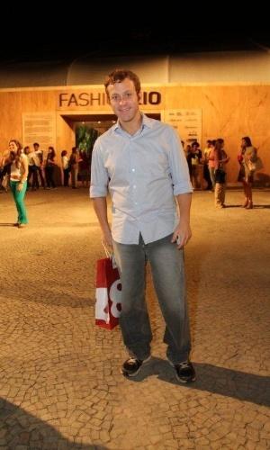 Sérgio Hondjakoffconfere o segundo dia de desfiles do Fashion Rio (23/5/12). O evento de moda acontece no Jockey Club, zona sul do Rio