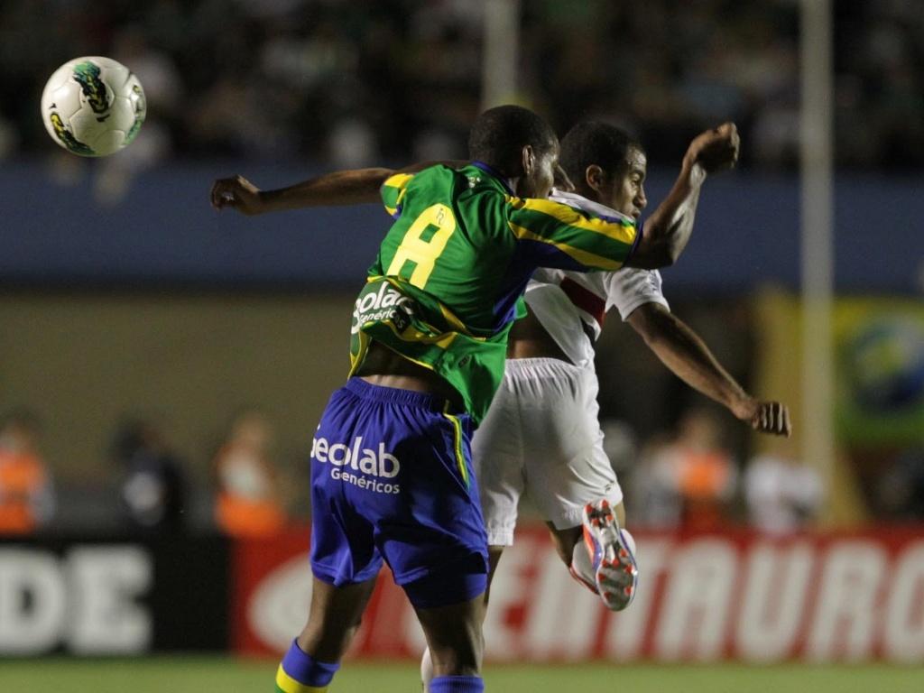 Thiago Mendes, do Goiás, disputa jogada com Lucas, do São Paulo, durante partida pela Copa do Brasil