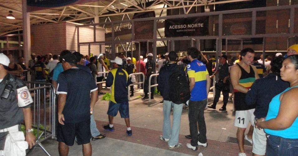 Torcedores do Boca Juniors se aglomeram na entrada do Engenhão antes do duelo com o Fluminense