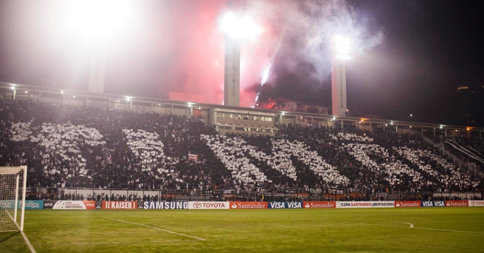 """Torcida do Corinthians faz mosaico com a palavra """"Timão"""" antes do duelo com o Vasco, pela Libertadores"""