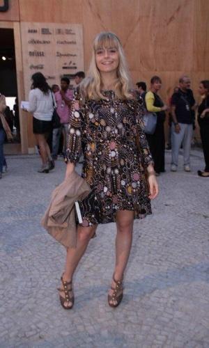 Vitória Frate confere o segundo dia de desfiles do Fashion Rio (23/5/12). O evento de moda acontece no Jockey Club, zona sul do Rio