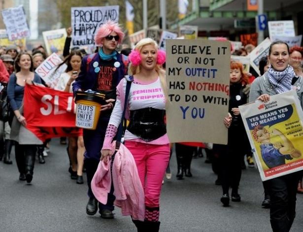 13.jun.2011 - Marcha das Vadias reúne cerca de mil pessoas em Sydney, Austrália. A série de protestos surgiu após um policial de Toronto, no Canadá, ter sugerido em uma universidade local que as estudantes do sexo feminino deveriam evitar se vestir como