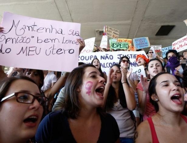18.jun.2011 - Mais de 800 pessoas participaram de um protesto pelos direitos das mulheres. O movimento reivindica que as mulheres possam se vestir e agir como quiserem, sem serem reprimidas por sua sexualidade