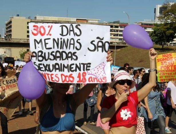 18.jun.2011 - Manifestante exibe cartaz com dados sobre o abuso sexual durante protesto pelos direitos das mulheres realizado em Brasília. Chamado de Marcha das Vadias, o movimento reivindica que as mulheres possam se vestir e agir como quiserem, sem serem reprimidas por sua sexualidade