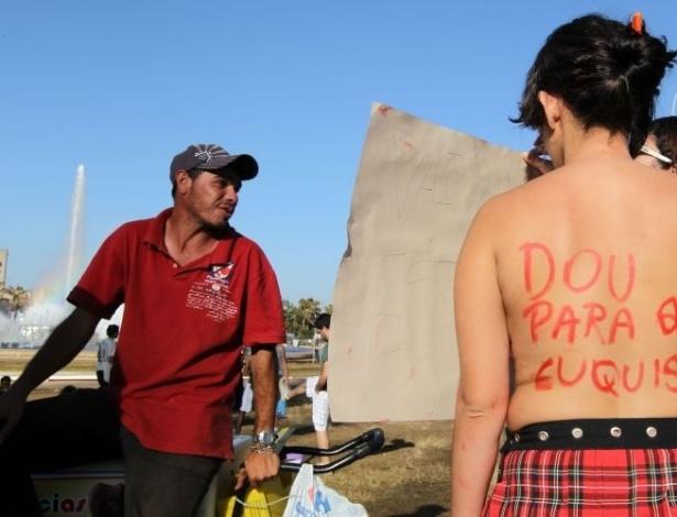 18.jun.2011 - Manifestante escreve mensagem nas costas durante Marcha das Vadias realizada em Brasília. O movimento reivindica que as mulheres possam se vestir e agir como quiserem, sem serem reprimidas por sua sexualidade