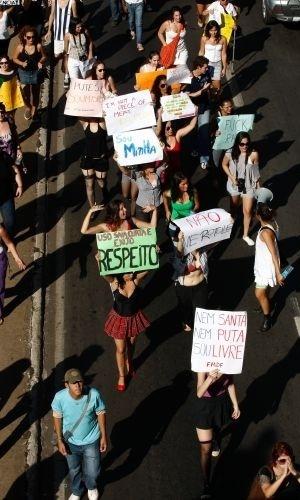 18.jun.2011 - Manifestantes da Marcha das Vadias caminham pelo centro de Brasília para pedir mais respeito às mulheres