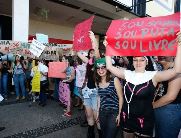 18.jun.2011 - Manifestantes participam da Marcha das Vadias, em Brasília. O movimento reivindica que as mulheres possam se vestir e agir como quiserem, sem serem reprimidas por sua sexualidade