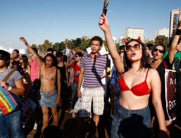 18.jun.2011 - Mulheres de sutiã e com seios à mostra participam da Marcha das Vadias, em Brasília