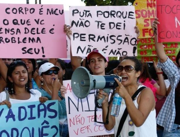 18.jun.2011 -Mulheres carregam cartazes escrito
