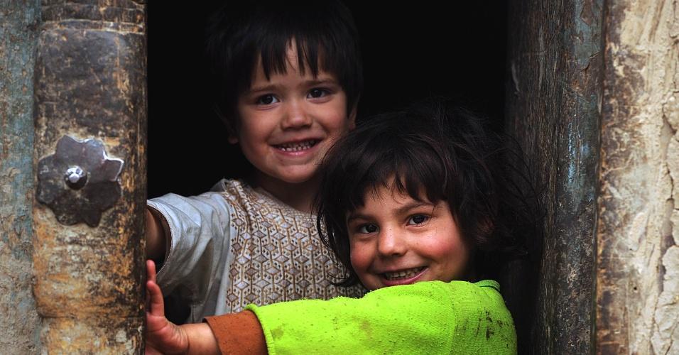 24.mai.2012 - Crianças brincam nesta quinta-feira (24) em casa de Cabul, no Afeganistão
